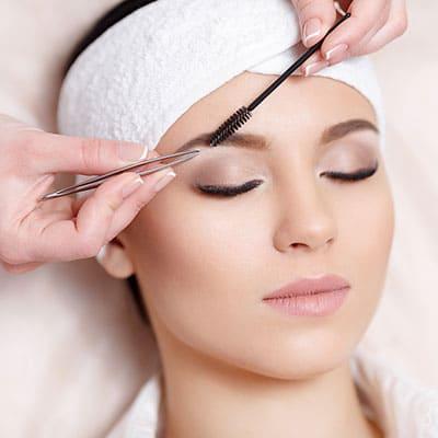 pensatul, sau stilizarea sprancenelor este un proces care facut intr-un salon, va va oferii cele mai bune rezultate.